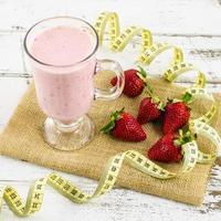 jordgubbsmoothie på bordet foto