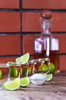 guldtequila med salt och lime