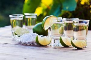 guldtequila med salt och lime foto