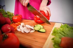 kocken skär paprika foto