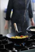 kock förbereder måltid foto