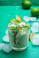 fruktglass i skål foto