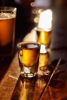whisky och öl foto