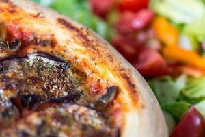 välsmakande vegetarisk pizza foto