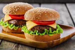 mini hamburgare med ost och tomat foto