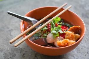 nudlar med fiskboll och grönsaker foto