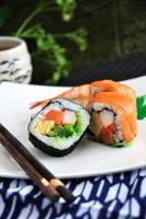 japansk sushi på plattan foto