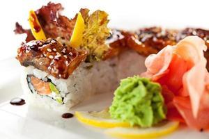 lax och rökt ål maki sushi
