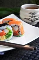 färsk sushi med varmt te