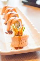 rå färsk laxsushirulle maki - japansk mat