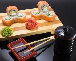 sushi mde maträtt över svart bakgrund foto