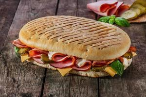 panini med skinka och ost foto
