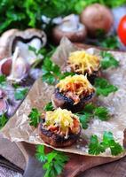 svamp fyllda med grönsaker och bacon, bakad med ost foto