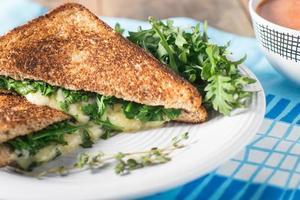 grillad ost med rostat bröd foto