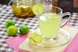 citronsaft, limesaft i glas. foto
