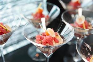 litet tonfisk mellanmål i cocktailglas foto