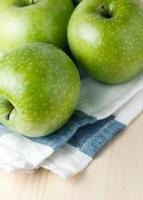 mogna gröna äpplen foto