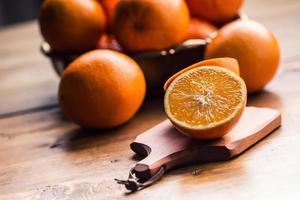 färska apelsiner. skära apelsiner. pressad orange manuell metod. foto
