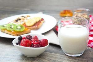 naturlig yoghurt med färska bär foto