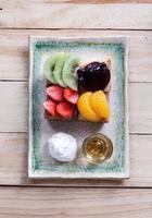fransk toast med honung och frukt toppning foto