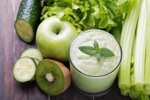 grön smoothie, grönsaker och frukt foto