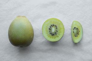 skiva halva hela guld kiwifrukten foto