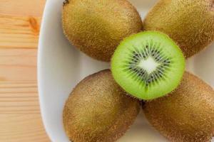 kiwifrukt på en tallrik foto