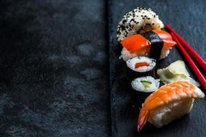 sushi urval på svart skiffer foto