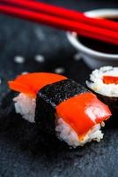 sushi, pinnar och wasabi foto
