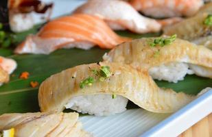 fisk fin sushi (engawa sushi) foto