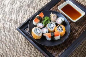 japansk skaldjurssushi på plattan