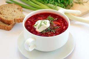 röd borscht soppa med dill foto