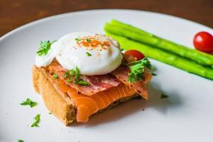 smörgås med pocherat ägg, parmaskinka och lax