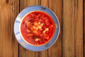 del av hemlagad rysk rödbetasoppa borsch med bönor foto
