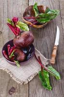 organisk rödbeta över rustik träbakgrund foto