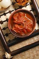 tomat oambal chutney - en maträtt från nagaland. foto