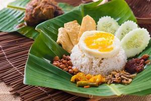 nasi kemal, en traditionell malaysisk maträtt som serveras i ett blad foto