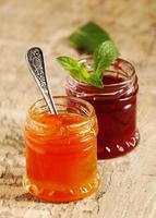 två typer av hemgjord sylt från jordgubbar och aprikos, selectiv foto
