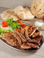 hälsosam tallrik med blandat kött foto