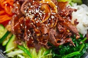 rostad kött med grönsaker foto