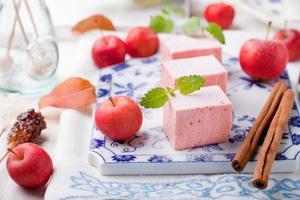 äppelpasta, pastil, zephyr, marshmallow med kanel foto