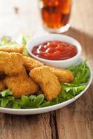 snabbmat kycklingklumpar med ketchup, cola foto