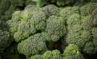 lokala broccoliprodukter på en bondemarknad foto