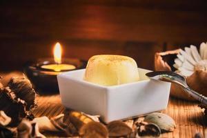vaniljpudding på ett träbord foto