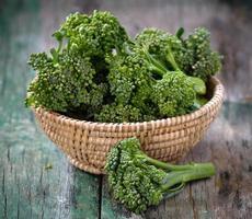 färsk broccoli i en korg foto