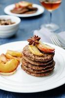 leverpannkakor med karamelliserade lökar och äpplen foto