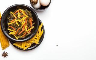 pasta för matlagning på maträtten på vit bakgrund. foto