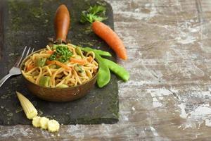 nudlar med bakgrund för redigering med grönsaker foto