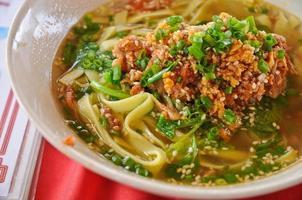 köttfärs och örtkryddor nudlar varm soppa orientalisk stil