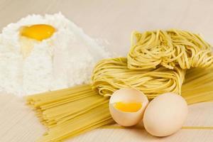 nudlar och spagetti. foto